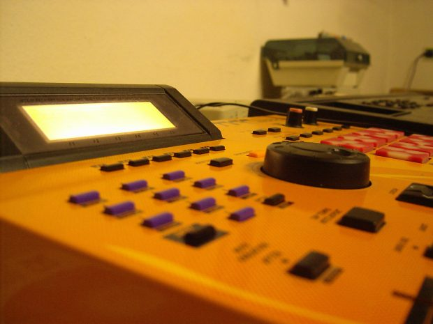 An MPC 2000 XL used for sampling.