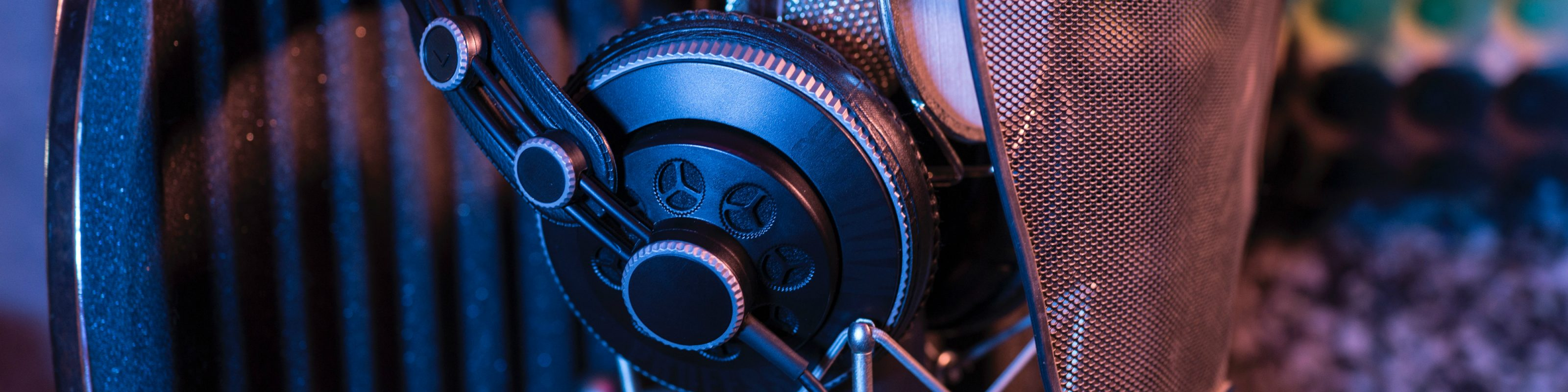 Over-ear studio headphones for recording