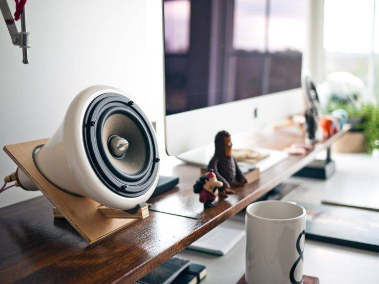Desktop mounted small speakers for a PC